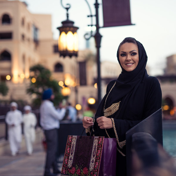 arab-woman-shopping-saudi-arabia